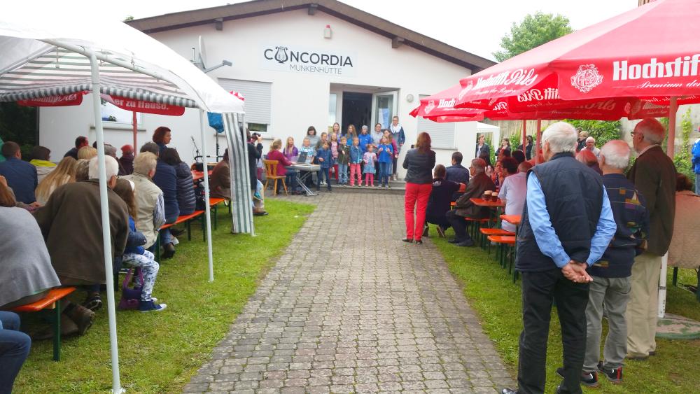 Munkenhüttenfest: Kinderchor und Zuschauer